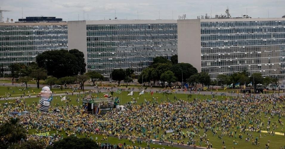 13.mar.2016 - Manifestantes de vários grupos fazem protesto pedindo a saída da presidente Diilma Rousseff, na esplanada dos ministérios, em frente ao Congresso Nacional, em Brasília. O Pixuleco, um boneco inflável representando o ex-presidente Lula vestido de presidiário, foi inflado no local