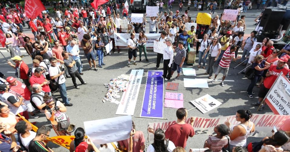 18.mar.2016 - Ato com movimentos sociais, centrais sindicais e apoiadores do Partido dos Trabalhadores reúne centenas de pessoas na avenida Paulista em concentração
