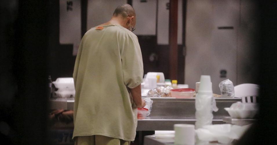 28.mar.2016 - A transferência de acusados de terrorismo em território norte-americano é a maior controvérsia entre os congressistas do país, especialmente entre os republicanos, que controlam o Legislativo atualmente. Na imagem feita em 22 de março, um detento mexe em utensílios de cozinha no Campo 6 da Força Tarefa Conjunta de Guantánamo