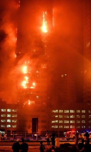 29.mar.2016 - Bombeiros tentam controlar incêndio que atingiu prédio residencial em Ajman, um dos Emirados Árabes Unidos. O fogo atingiu pelo menos mais uma torre de um conjunto de 12 edifícios. Não há informações sobre vítimas