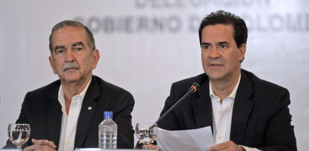 O negociador-chefe do governo da Colômbia, Frank Pearl (dir), dá entrevista na Chancelaria em Caracas (Venezuela), ao lado do general colombiano Eduardo Herrera Berbel