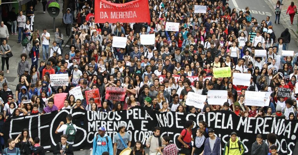 28.abr.2016 - Estudantes de escolas públicas realizam um ato na avenida Paulista, na região central de São Paulo, nesta quinta contra os desvios na merenda e os cortes na rede estadual de SP