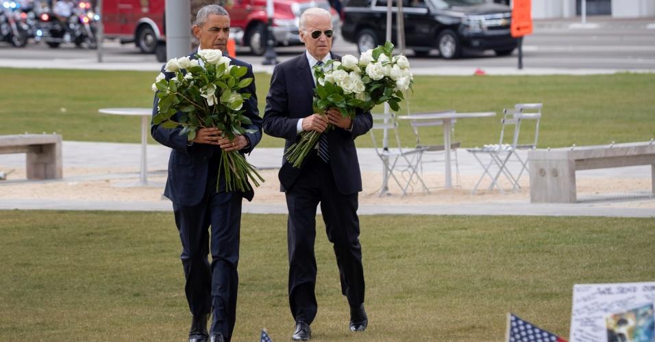 16.jun.2016 - Barack Obama e o vice-presidente dos EUA, Joe Biden, levam flores ao memorial das 49 vítimas do massacre de uma boate gay em Orlando