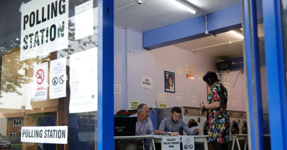 """23.jun.2016 - Mulher comparece a posto de votação para dar sua opinião no referendo sobre a permanência do Reino Unido na União Europeia (UE), em Oxford. Um recorde de 46,5 milhões de eleitores deverão comparecer às urnas, que estarão abertas até às 21h (hora local) para responder a seguinte pergunta: """"Deveria o Reino Unido permanecer como membro da União Europeia ou sair da União Europeia?"""""""