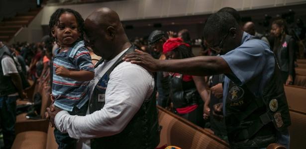 Fiéis rezam na Igreja Batista Friendship-West, em Dallas, onde o atirador Micah Johnson matou cinco policiais durante um protesto