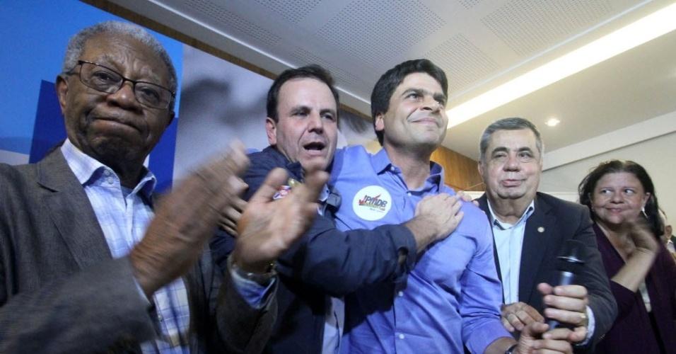 20.jul.2016 - O ator Milton Gonçalves (e) e o prefeito Eduardo Paes (2ºe/d), prestigiam Pedro Paulo (3ºe/d) por ter sua candidatura à Prefeitura da capital carioca, oficializada pelo Partido do Movimento Democrático Brasileiro (PMDB), em cerimônia no Rio de Janeiro (RJ)