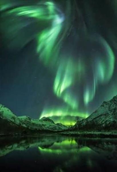 1º.ago.2016 - O concurso, em sua oitava edição, recebeu mais de 4.500 inscrições de fotógrafos amadores e profissionais de mais de 80 países. Esta imagem das luzes verdes da aurora boreal foi registrada por Jan R. Olsen em Olderdalen, na Noruega