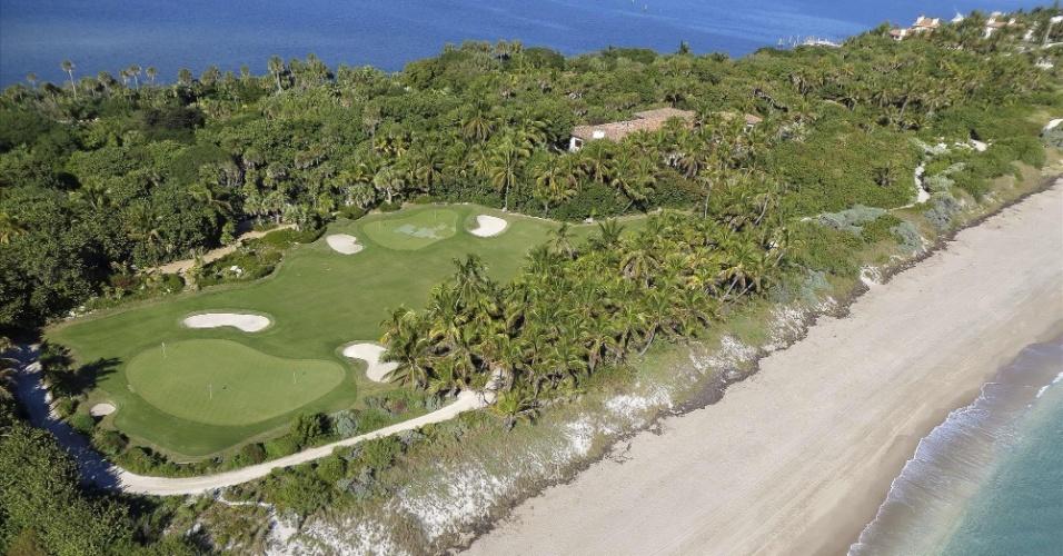 Localizada na Flórida, na praia de Palm Beach, ela possui 33 quartos e uma área total de 64.749 m²