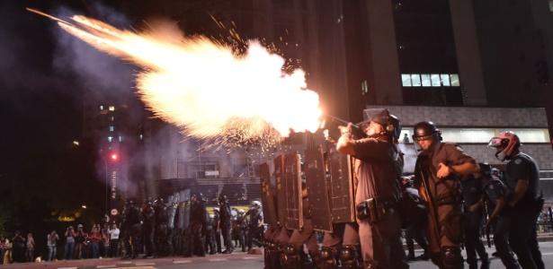 Policiais militares atiram bombas de gás contra manifestantes durante protesto na avenida Paulista, em São Paulo