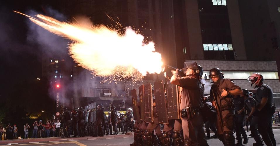 29.ago.2016 - Policiais militares atiram bombas de gás contra manifestantes contrários ao impeachment da presidente afastada, Dilma Rousseff, durante protesto na avenida Paulista, em São Paulo. Atos simultâneos acontecem em outras capitais do Brasil