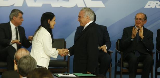 14.set.2016 - Grace Mendonça cumprimenta o presidente Michel Temer ao tomar posse como nova titular da AGU (Advocacia-Geral da União)