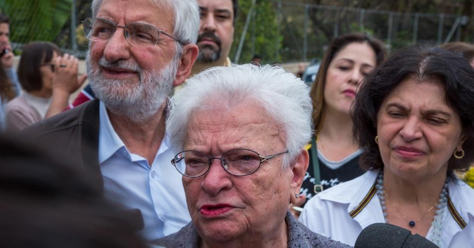 2.out.2016 - A candidata a prefeita Luiza Erundina (PSOL) comemora ao lado do vice Ivan Valente após votar na Escola Estadual Rui Bloem, em Mirandópolis, região da Saúde, zona sul de SP