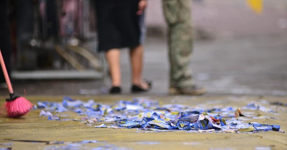 2.out.2016 - Santinhos de candidatos são jogados nas calçadas das escolas e ruas do Grajaú, zona sul da cidade de São Paulo