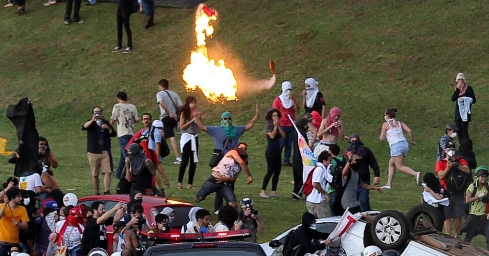 29.nov.2016 - Por volta das 18h, a polícia começou a lançar bombas de efeito moral em direção aos manifestantes. Por causa da ação da polícia, os participantes do ato recuaram para a parte superior do gramado, afastando-se do prédio da Câmara e do Senado