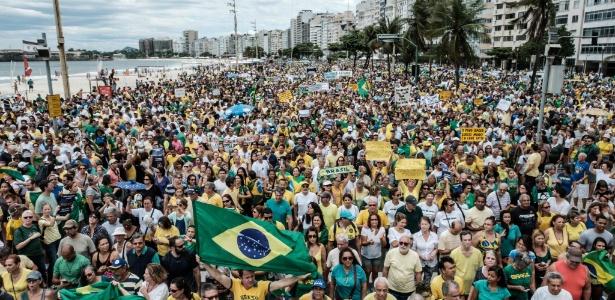 4.dez.2016 - Manifestantes protestam contra a corrupção e em apoio à Operação Lava Jato na orla da praia de Copacabana, no Rio de Janeiro