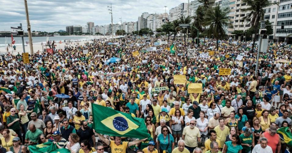 4.dez.2016 - Manifestantes protestam contra a corrupção e em apoio à Operação Lava Jato, na orla da praia de Copacabana, na zona sul do Rio de Janeiro