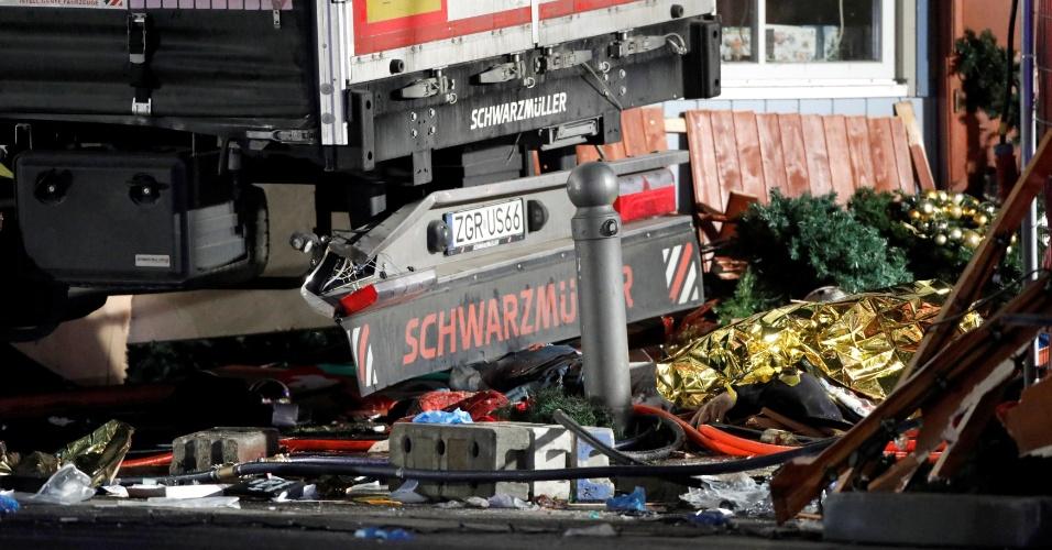 19.dez.2016 - Caminhão provoca estragos após ataque a uma feira natalina no oeste de Berlim, Alemanha