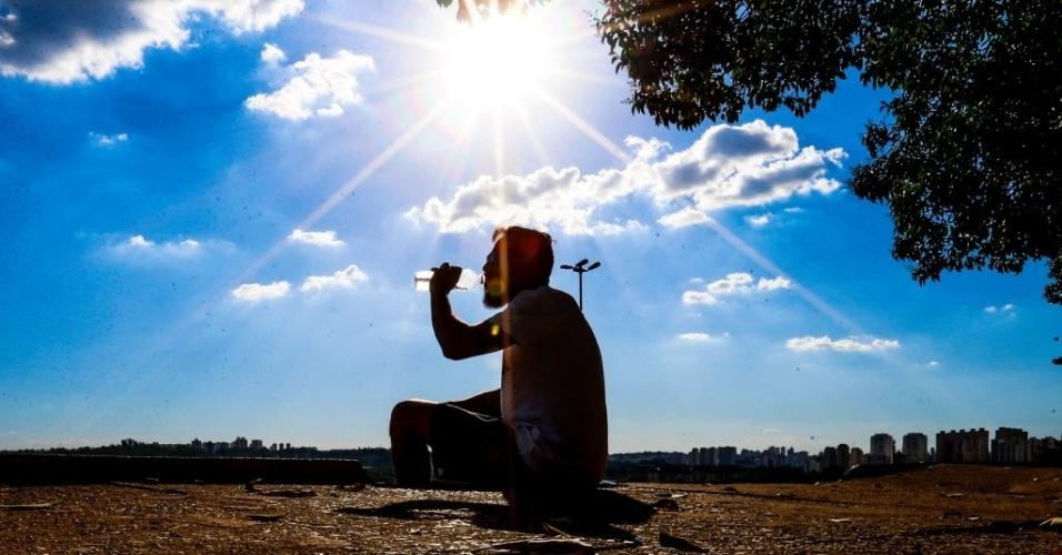 27.dez.2016 - Beber muita água alivia a sede e faz bem para a saúde. Dias ensolarados e de céu bastante azul podem ser apreciados na praça do Pôr do Sol, zona oeste de São Paulo