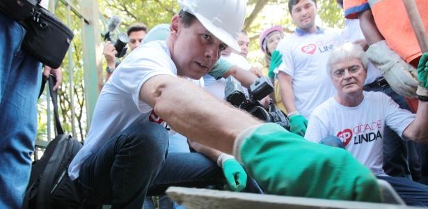 Doria faz reparo em calçada no bairro do Itaim Paulista, na zona leste