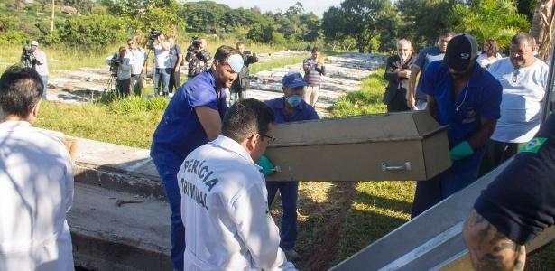 Caixão com o corpo de João Victor foi retirado de jazigo no cemitério Nova Cachoeirinha