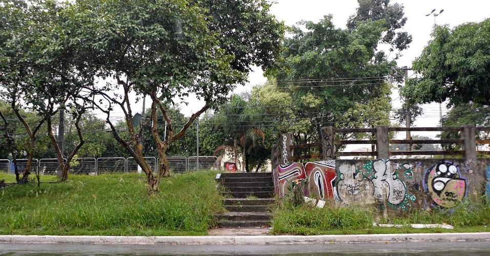 26.abr.2017 - Canteiro central da avenida Brás Leme, na zona norte de São Paulo, também tem mato alto
