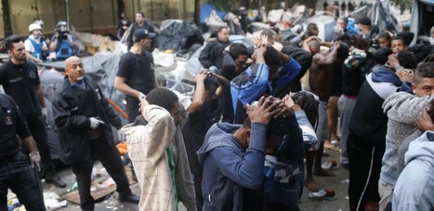 21.mai.2017 - Moradores e usuários de drogas das região da cracolândia são revistados pela polícia