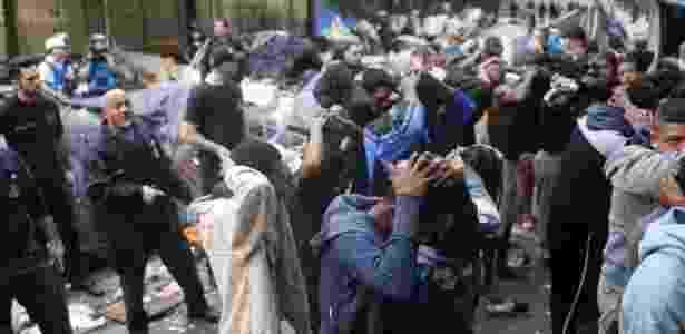 Moradores e usuários de drogas da Cracolândia são revistados durante operação da polícia no domingo - Danilo Verpa/Folhapress - Danilo Verpa/Folhapress