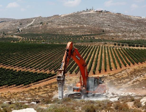 Homem opera trator e inicia construção de Amichai, a primeira colônia a ser construída em 25 anos na Cisjordânia