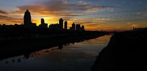 Imagem da marginal Tietê em São Paulo durante o amanhecer nesta terça (4)