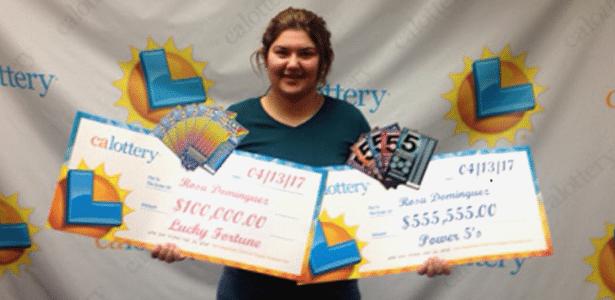 Rosa Dominguez exibe os dois prêmios que ganhou na loteria
