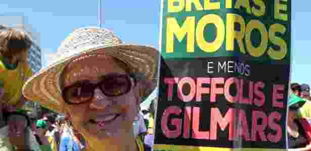 """27.ago.2017 - Manifestante pede """"Mais Moros e Menos Gilmars"""", na zona sul do Rio de Janeiro - Marcos Arcoverde/Estadão Conteúdo - Marcos Arcoverde/Estadão Conteúdo"""