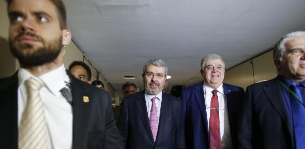 Eduardo Pizarro Carnelós (centro), advogado do presidente Michel Temer, deixa Câmara dos Deputados ao lado do deputado Carlos Marun (PMDB-MS), em Brasília