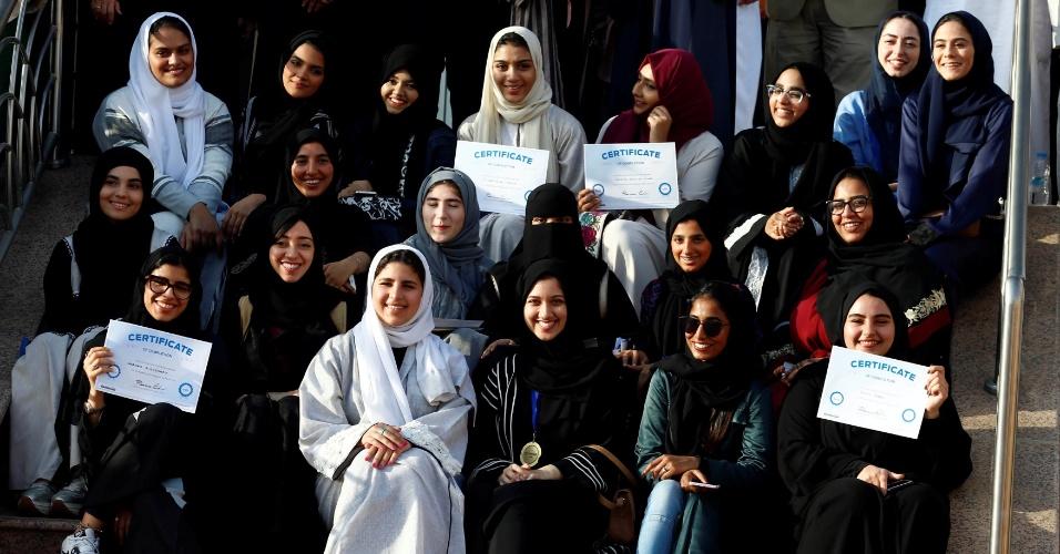 7.mar.2018 - Mulheres posam para foto após aula de direção na Universidade de Effat em Jeddah