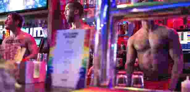 Bartenders trabalham sem camisa no Boxers, um bar de esportes gay, em Nova York - Jessica Lehrman/The New York Times