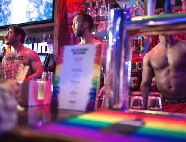 Bartenders trabalham sem camisa no Boxers, um bar de esportes gay, em Nova York