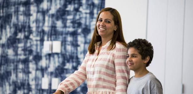 Lidia Karine Souza reencontra o filho Diogo de Oliveira Filho, 9, após um juiz ordenar sua liberação - James Foster/Chicago Sun-Times via AP