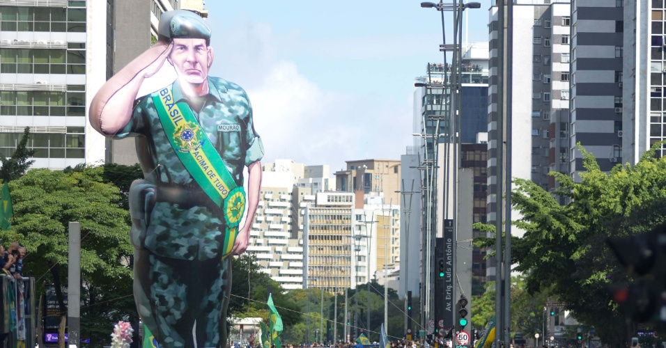 21.out.2018 - Boneco inflável representa o general da reserva Hamilton Mourão (PRTB), vice na chapa de Jair Bolsonaro (PSL), em ato pró-Bolsonaro em São Paulo