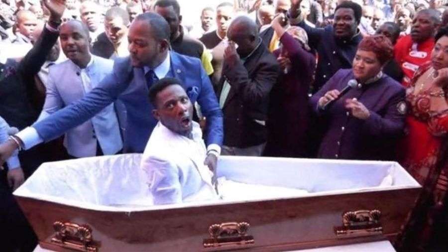 """Vídeo do pastor Alph Lukau em que ele """"ressuscita"""" um homem viralizou na África do Sul - Alph Lukau/Facebook/BBC"""
