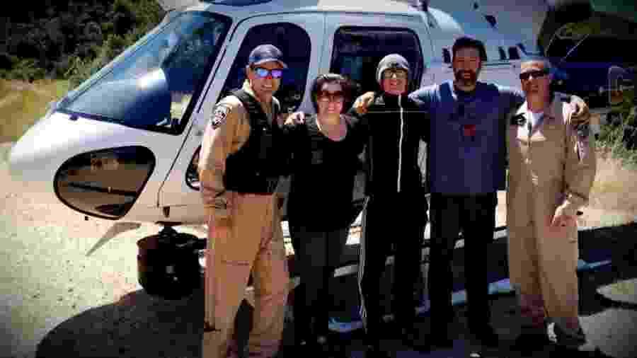 Krystal Ramirez (à esquerda), Hunter Whitson (ao centro) e Curtis Whitson (à direita) posam para foto com equipe de resgate - CBS - Newspath video