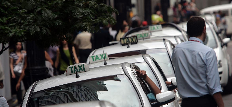 Taxistas e motoristas de aplicativo habilitados na categoria B poderão fazer curso de reciclagem que zera a CNH, conforme PL; benefício se estende a motoboys - KEINY ANDRADE/ESTADÃO CONTEÚDO/AE/