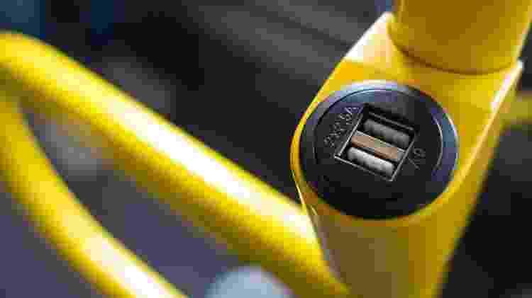 Conectar o celular na entrada USB de um transporte público pode ser perigoso - Getty Images