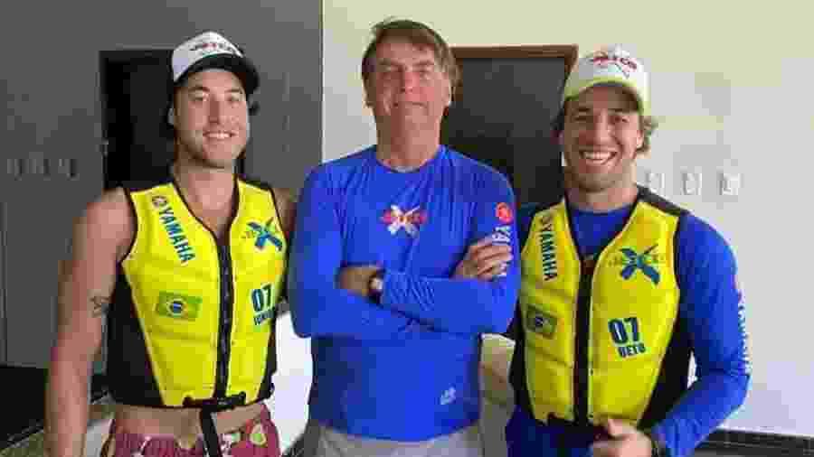 Jair Bolsonaro ao lado de irmãos Umberto Brito e Valdir Brito Júnior, praticantes de moto aquática - Reprodução/Twitter