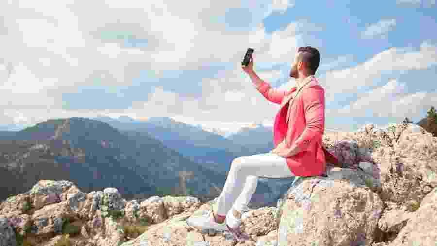Procurar sinal com o celular para o alto. Você se identifica com esta cena? Quem não? - Getty Images/iStockphoto