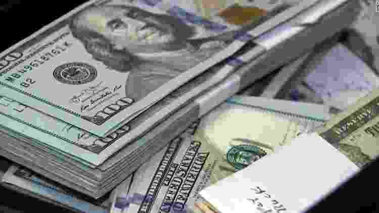 Maços de notas de dólar encontrados dentro de uma almofada de sofá de segunda mão - Reprodução/CNN