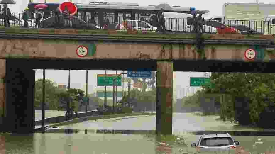 Carro submerso sob ponte da Casa Verde, na marginal Tietê, após forte chuva atingir São Paulo - 10.fev.2020 - Marcelo Gonçalves/Sigmapress/Estadão Conteúdo