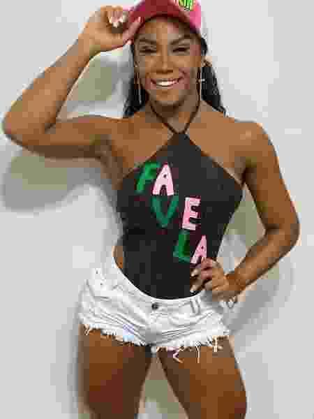 Evelyn estampa na blusa o orgulho da favela - Divulgação