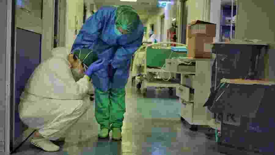 Na Itália, enfermeiro fotografou colegas lidando com pacientes de covid-19 para mostrar sua força, mas também fragilidade - PAOLO MIRANDA
