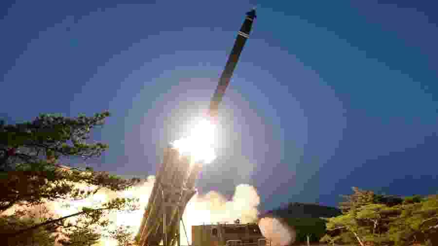 """28.mar.2020 - A Coreia do Norte executou testes com """"lançadores múltiplos de foguetes de grande tamanho"""" - KCNA/Reuters"""