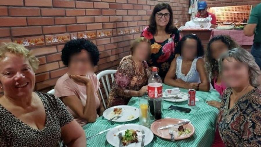Salete (sentada) junto com irmãs e outras familiares; em pé está a aniversariante, Vera - Arquivo pessoal