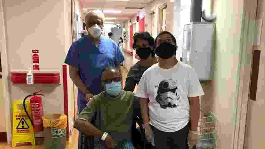 O médico Shakil Rahman com o doutor Chandra e sua família, após passar por tratamento da covid-19 - Reprodução